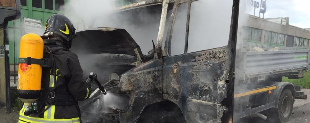 Camion in fiamme  Allarme a Tavernerio