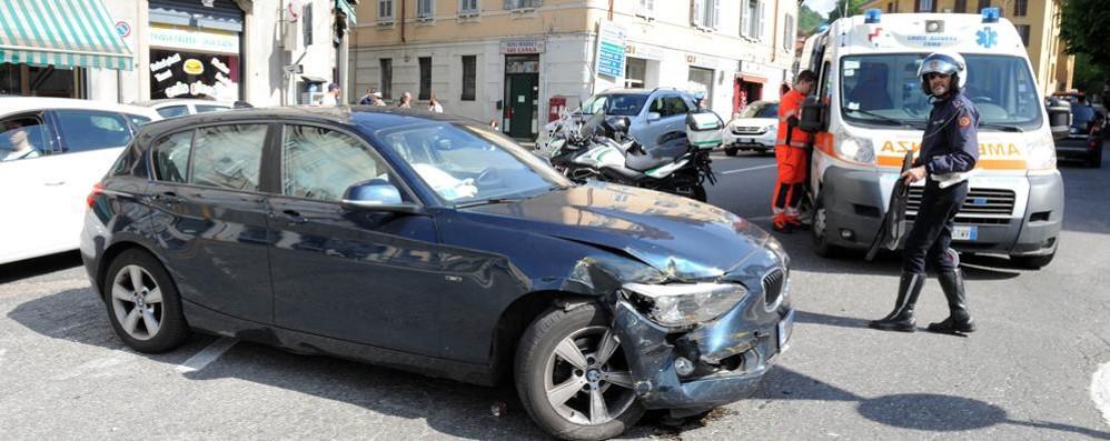 Caos in piazza San Rocco «Troppo traffico per il rondò»