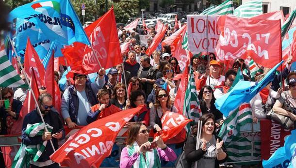 Scuola: sindacati in piazza