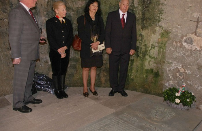 In raccoglimento sulla tomba di Guido Monzino
