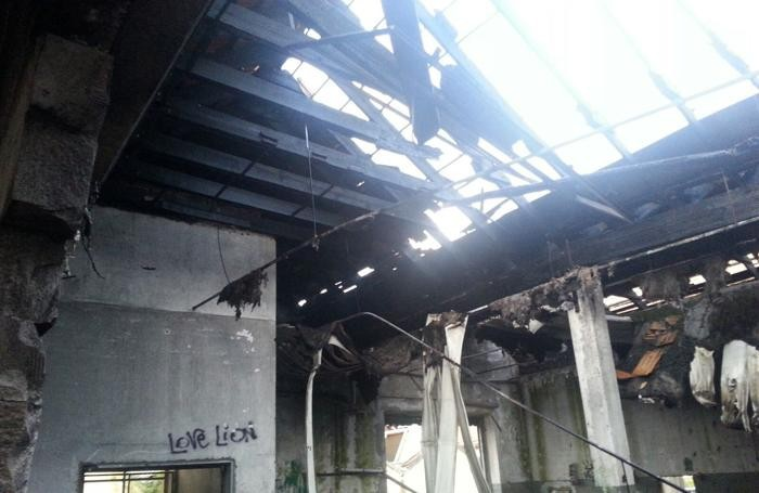Il tetto del capannone distrutto
