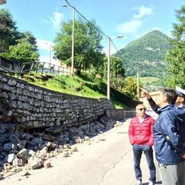 Ponte Lambro, crollo vicino alla scuola   Strada chiusa, riapertura forse oggi