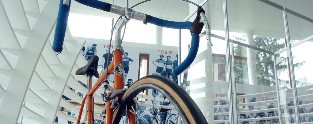 """Ciclismo, il """"tappone"""" e un libro Sabato con il Giro al Ghisallo"""