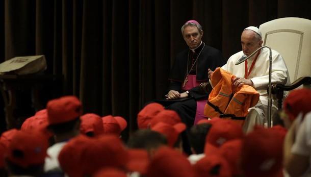 Papa mostra salvagente bimba morta mare