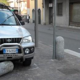 Con l'auto sul marciapiedi  Uggiate, abbatte paracarro