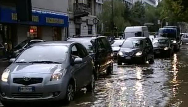 Nubifragio a Milano, fuoriuscito Lambro