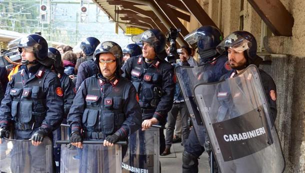 Brennero, manifestanti attaccano polizia