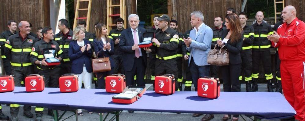 Dieci nuovi defibrillatori  ai vigili del fuoco comaschi