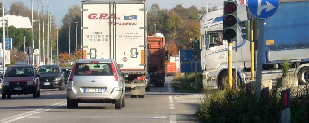 Camion perde il carico  Frutta sulla Briantea