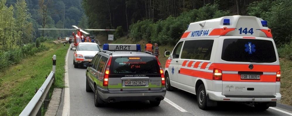 Travolta da un pullman  mentre attraversa l'autostrada  Traffico verso l'Italia in tilt