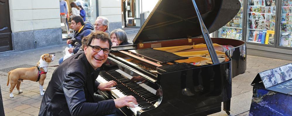 Torna il pianista per strada Un anno fa multe e polemica
