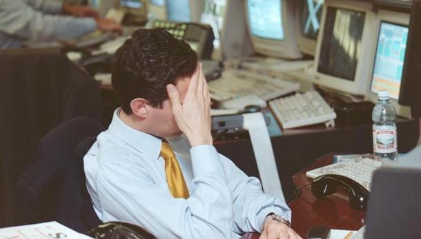 Borsa: Milano lima le perdite (-1%)