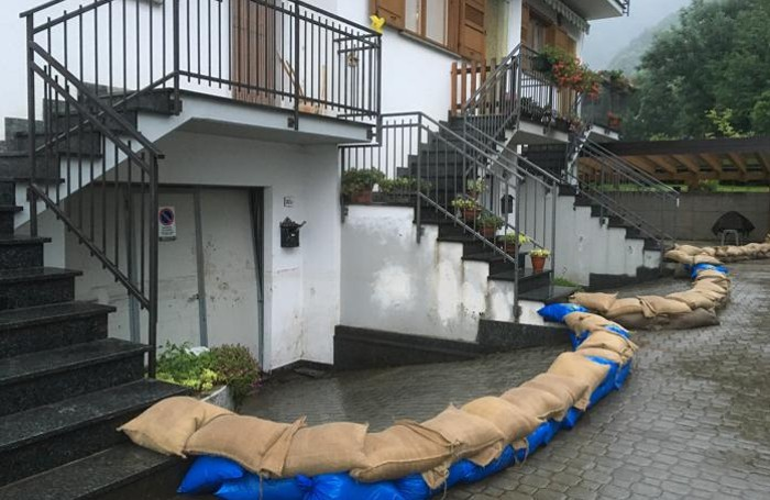 Allerta meteo a verceia . Sacchi di sabbia proteggono le abitazioni e la protezione civile è pronta