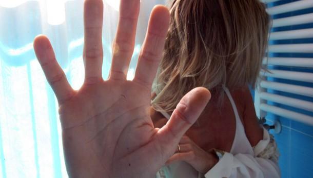 Donna violentata, procura apre inchiesta