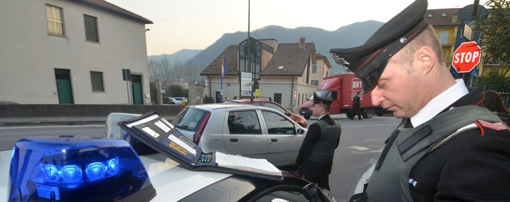 Bimbo lasciato solo in auto  Lambrugo, denunciati i genitori