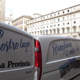 #CARTOLINE A ROMA  A casa di Renzi 60.208  appelli  «Ridacci il lago»