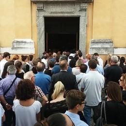 Carate Urio, più di mille per Emanuele  L'addio al ventenne morto sulla Regina