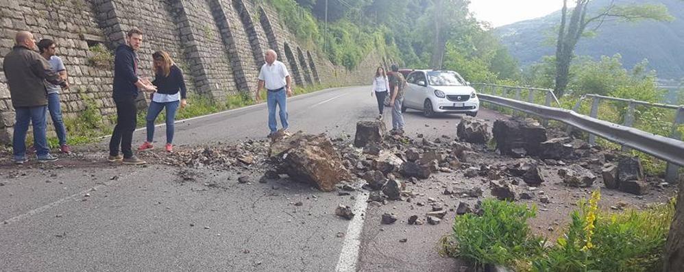 Frana, resta chiusa   la strada Claino-Porlezza