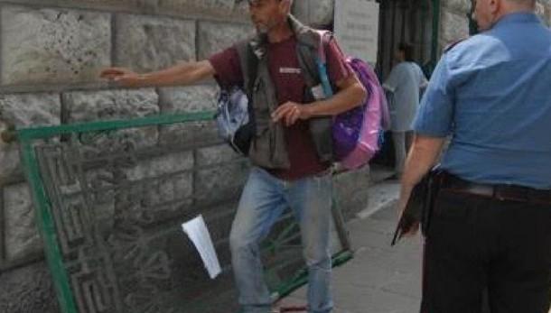Cade cancello scuola, feriti due bambini