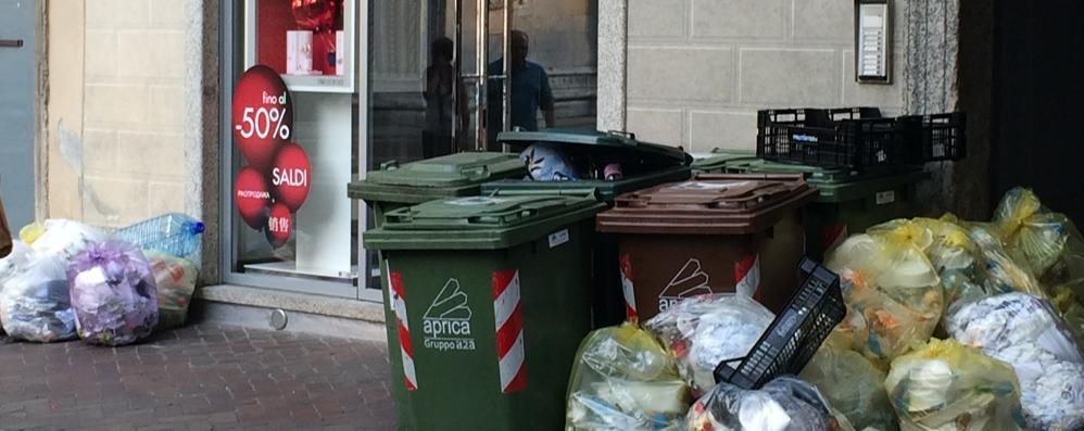 Como città turistica?  Proteste per i rifiuti in centro  «Varese molto meglio di voi»