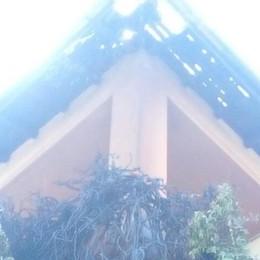 Griante, si incendia l'edera  Il fuoco distrugge il tetto