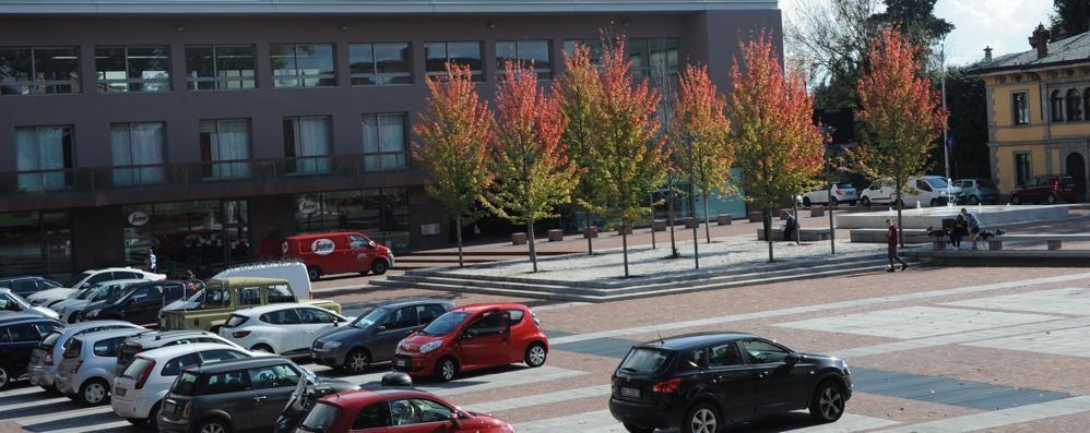Olgiate, piazza e posteggio  «Troppe auto vicino ai bambini»
