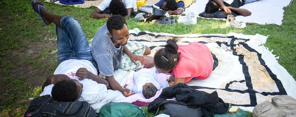 Como, profughi alla stazione  L'appello del vescovo  «Non lasciamoli soli»