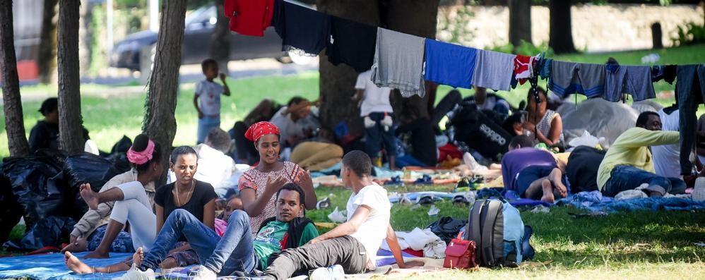 Migranti in stazione, Confcommercio: «Utilizzate uno degli edifici dismessi»