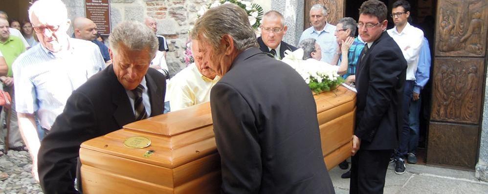 Morta in moto, folla a Cucciago  «Manuela ci lascia il suo amore»