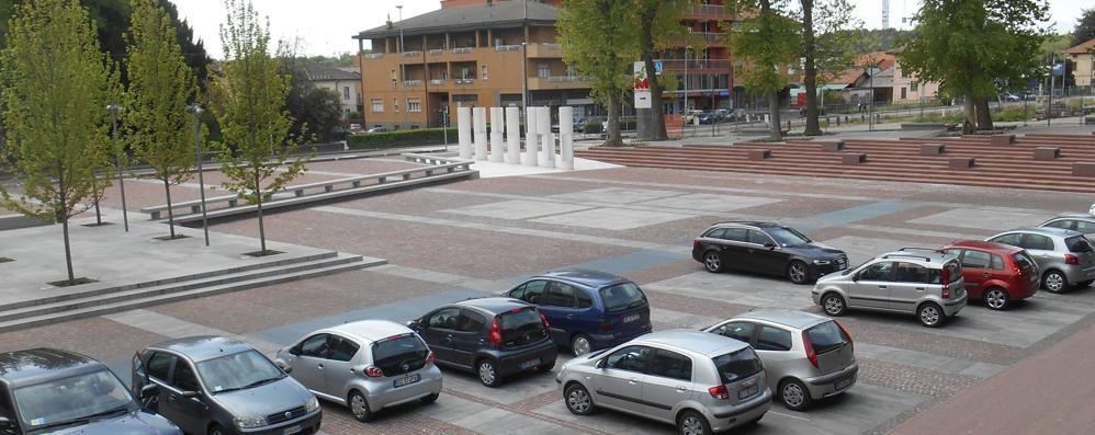 Bimbi a rischio in piazza Italia  Olgiate, «Serve una barriera»