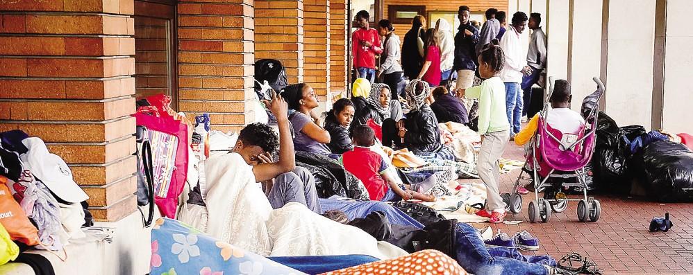 Como, la grande vergogna  Accampati 400 migranti  E la politica non fa nulla