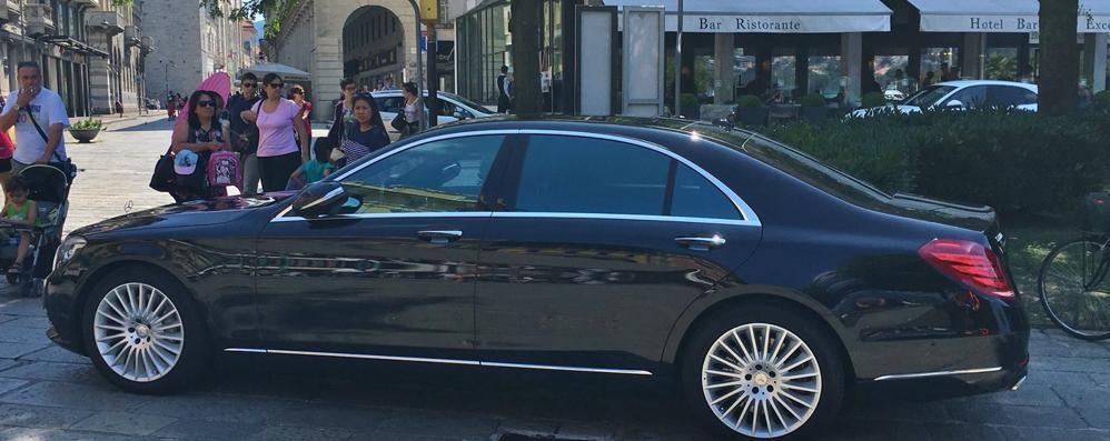 Como, Piazza Cavour  Il mistero dell'auto blu  in divieto di sosta