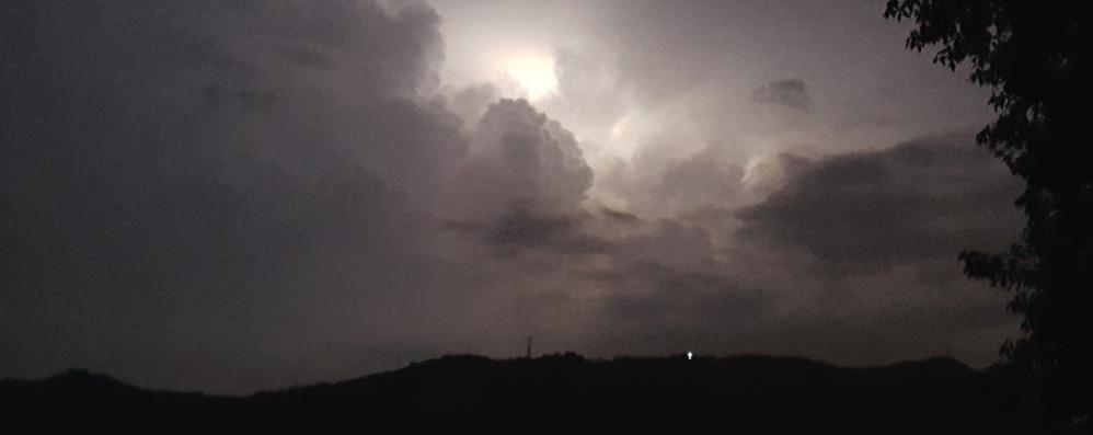 I lampi accendono Como Proseguono i temporali notturni