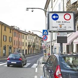 Via Milano, ogni ora 10 auto multate