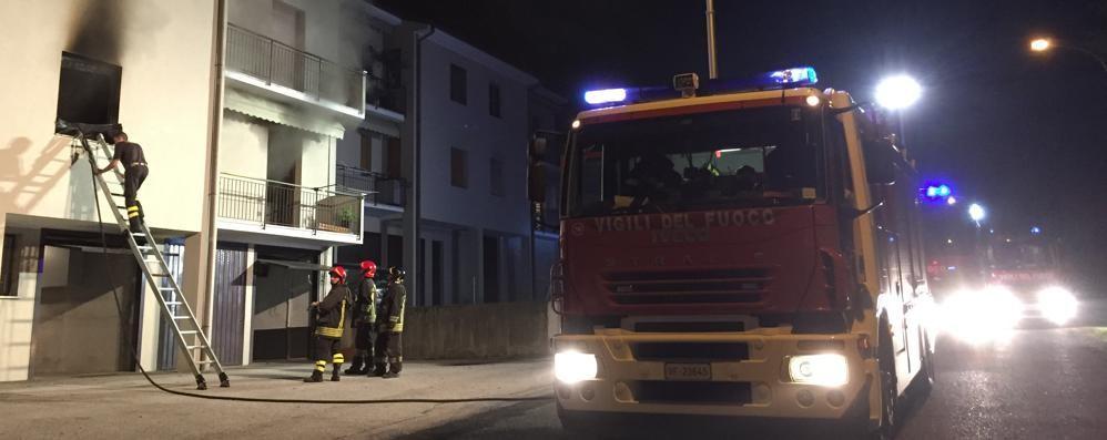 «Aiuto, l'appartamento sta bruciando»  Anziana messa in salvo dai vicini di casa