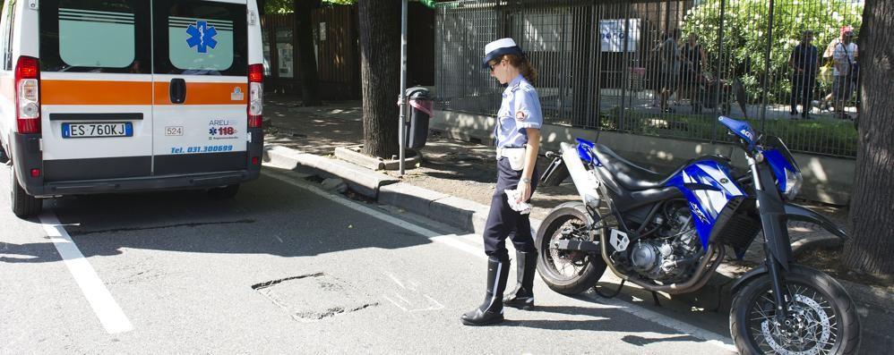 Como, donna investita da moto sul lungolago