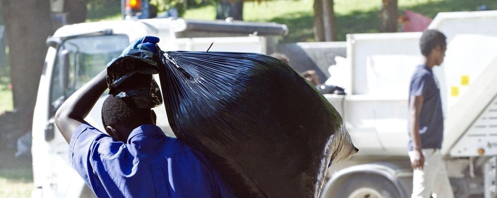 Como, Profughi e volontari  Venti sacchi di rifiuti raccolti
