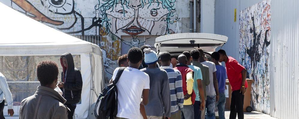 La Svizzera apre la frontiera  Accoglienza a 200 migranti