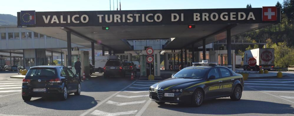 Brogeda, 80enne tenta di passare  con 60 mila euro nelle scarpe