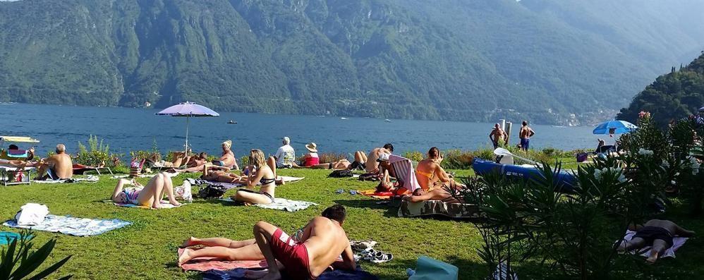 A 83 anni fa il bagno nel lago  «E arrivo apposta da Torino»