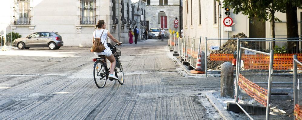 Como, pronta piazza Roma  Le nuove panchine avranno lo schienale