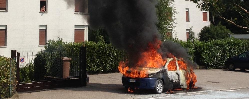 Lomazzo, l'auto va a fuoco   «Ho rischiato di bruciare vivo»