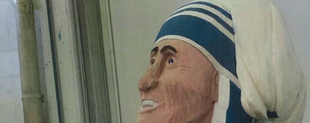 Finita la statua di Madre Teresa  «La porteremo da Cantù al Vaticano»