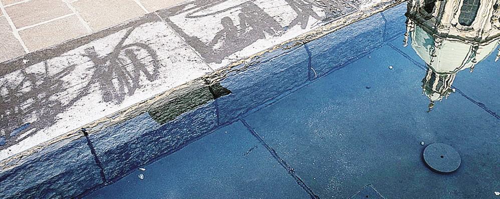 Piazza Grimoldi, vandali con lo spray  Danni alla fontana appena inaugurata