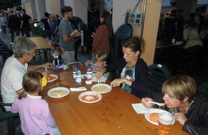 Un'altra immagine della cena benefica in piazza Mercato