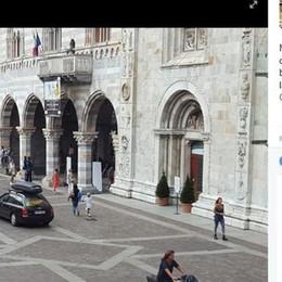 Con l'auto in piazza Duomo La denuncia su facebook