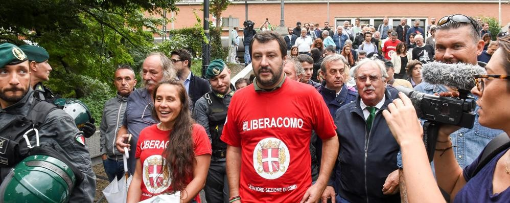La rabbia di Salvini sui migranti  «Via i clandestini dalla stazione»