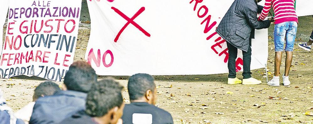 Migranti, tensione e proteste  «Non lasceremo la stazione»