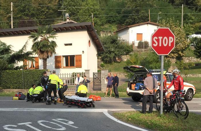 I sanitari mobilitati sul luogo dell'incidente: fratture multiple per il ciclista