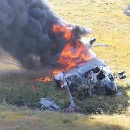 Elicottero caduto, parla il soccorritore  «Tra le fiamme per salvare i piloti»